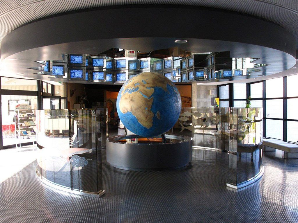 海洋科学館の海底地球儀/赤穂海浜公園(兵庫県)