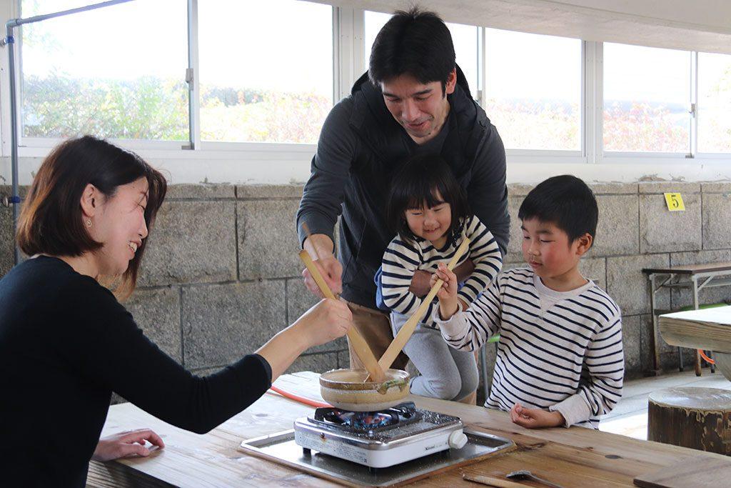 塩の国で海水を鍋に入れて塩づくりを体験/赤穂海浜公園(兵庫県)