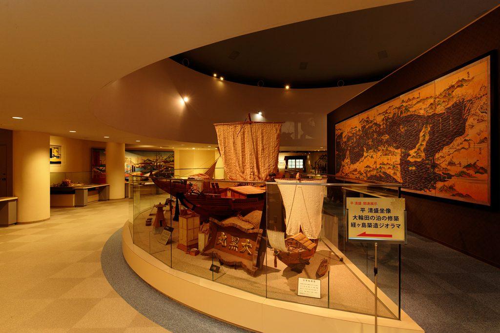 「歴史から見た神戸港」がテーマの2階展示室/神戸海洋博物館(兵庫県)