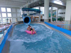 1年中2つのスライダーで遊べる!屋内温水プール施設「アクアブルー多摩」