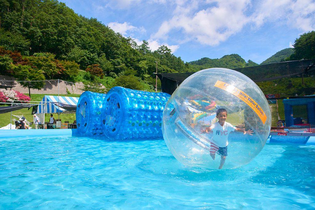 大きなボールに入って水上を歩く「ウォーターバルーン」/平尾山公園(パラダ)(長野県/佐久市)