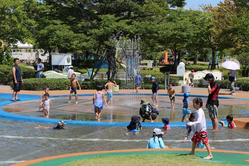 ウォーターパラダイスで水遊びする子どもたち/あすたむらんど徳島(徳島県板野町)