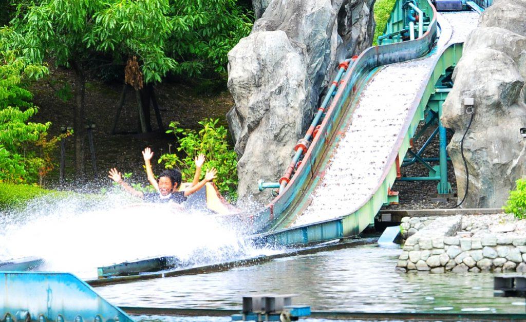 ウォーターライド「吉野川めぐり」で水しぶきを浴びる子どもたち/あすたむらんど徳島(徳島県板野町)