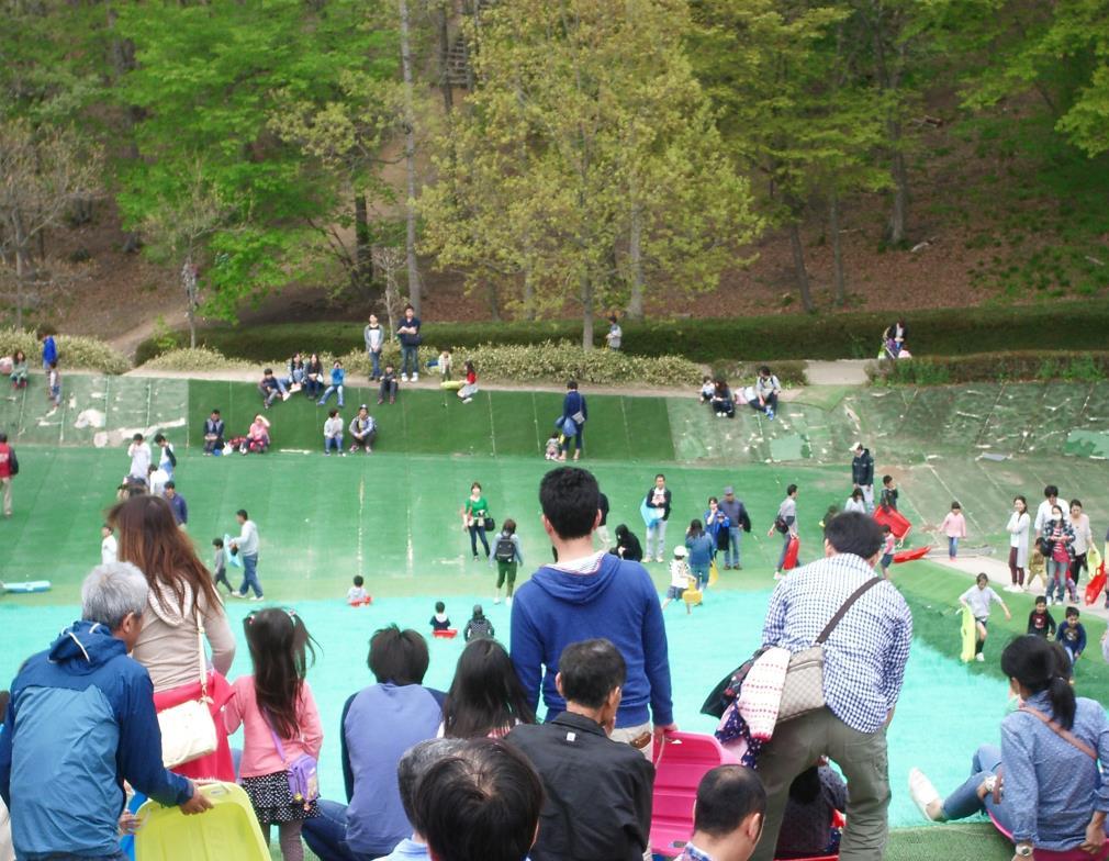 人工芝で作られた巨大な「そりすべり」/万葉クリエートパーク(宮城県/大衡村)