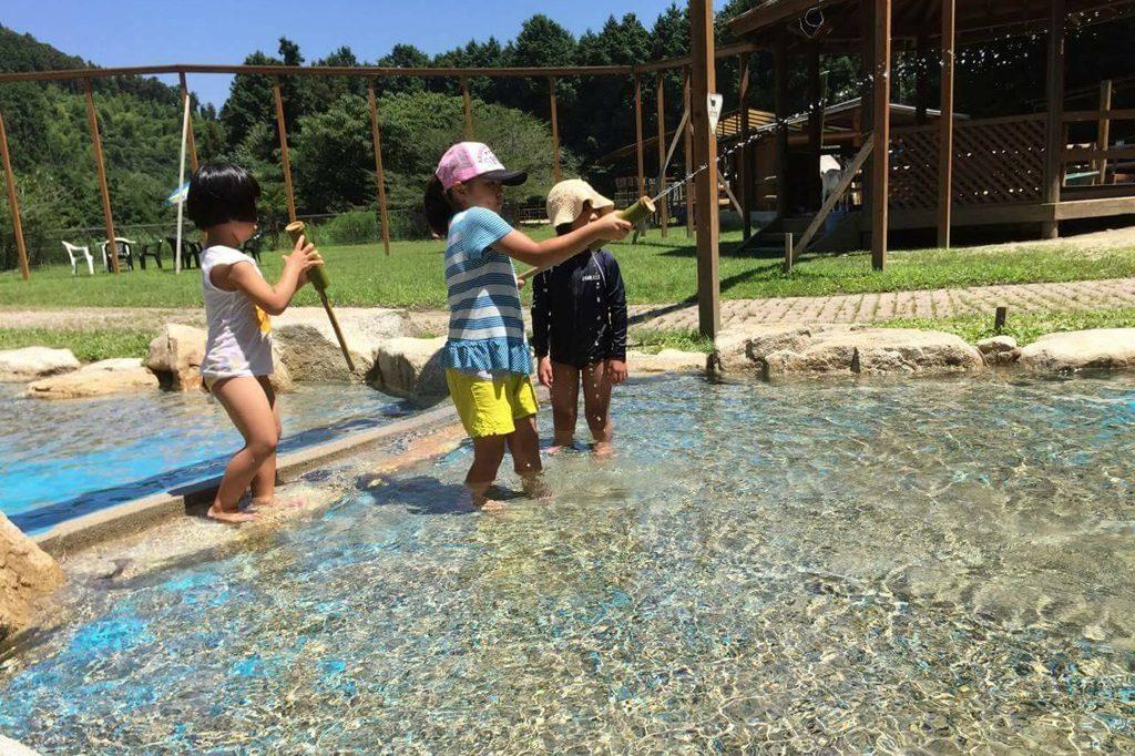 水遊びもできる芝生広場/ピクニカ共和国(福岡県/飯塚市)