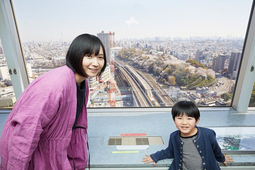 王子駅の電車が見える北区の複合施設「北とぴあ」17階の展望ロビー