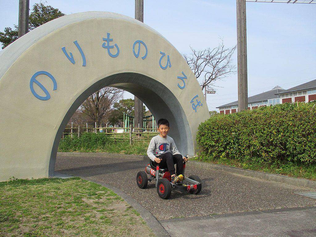 足踏み式ゴーカートで遊ぶ子ども/とだがわこどもランド(愛知県名古屋市)