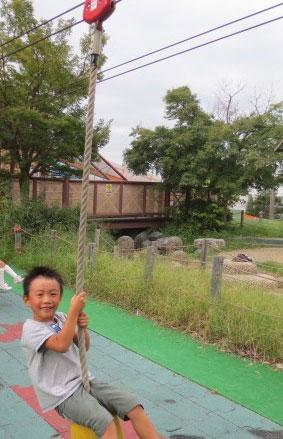ターザンロープで遊ぶ子ども/とだがわこどもランド(愛知県名古屋市)