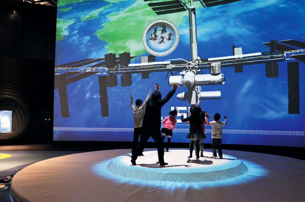時空ホッパーで遊ぶ子ども達/バンドー神戸青少年科学館(兵庫県)