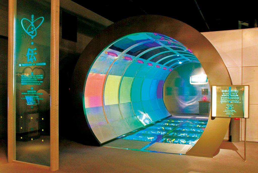 科学技術館の「光のトンネル」/愛媛県総合科学博物館の外観(愛媛県/新居浜市)