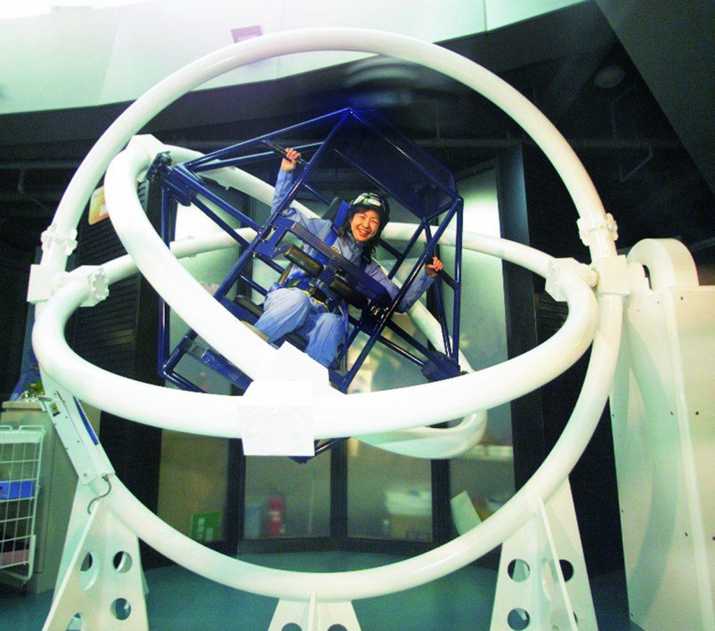 宇宙飛行士の訓練を疑似体験する様子/郡山市ふれあい科学館(スペースパーク)(福島県)