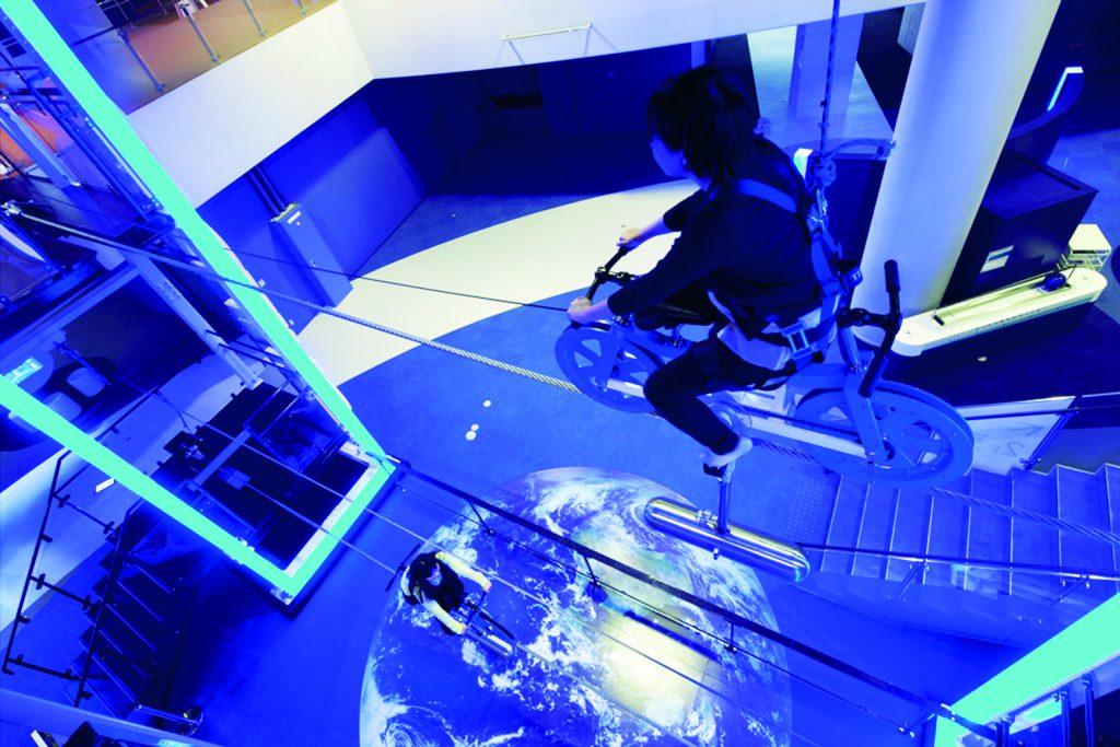スペースサイクリングに乗る子ども/佐賀県立宇宙科学館(武雄市)