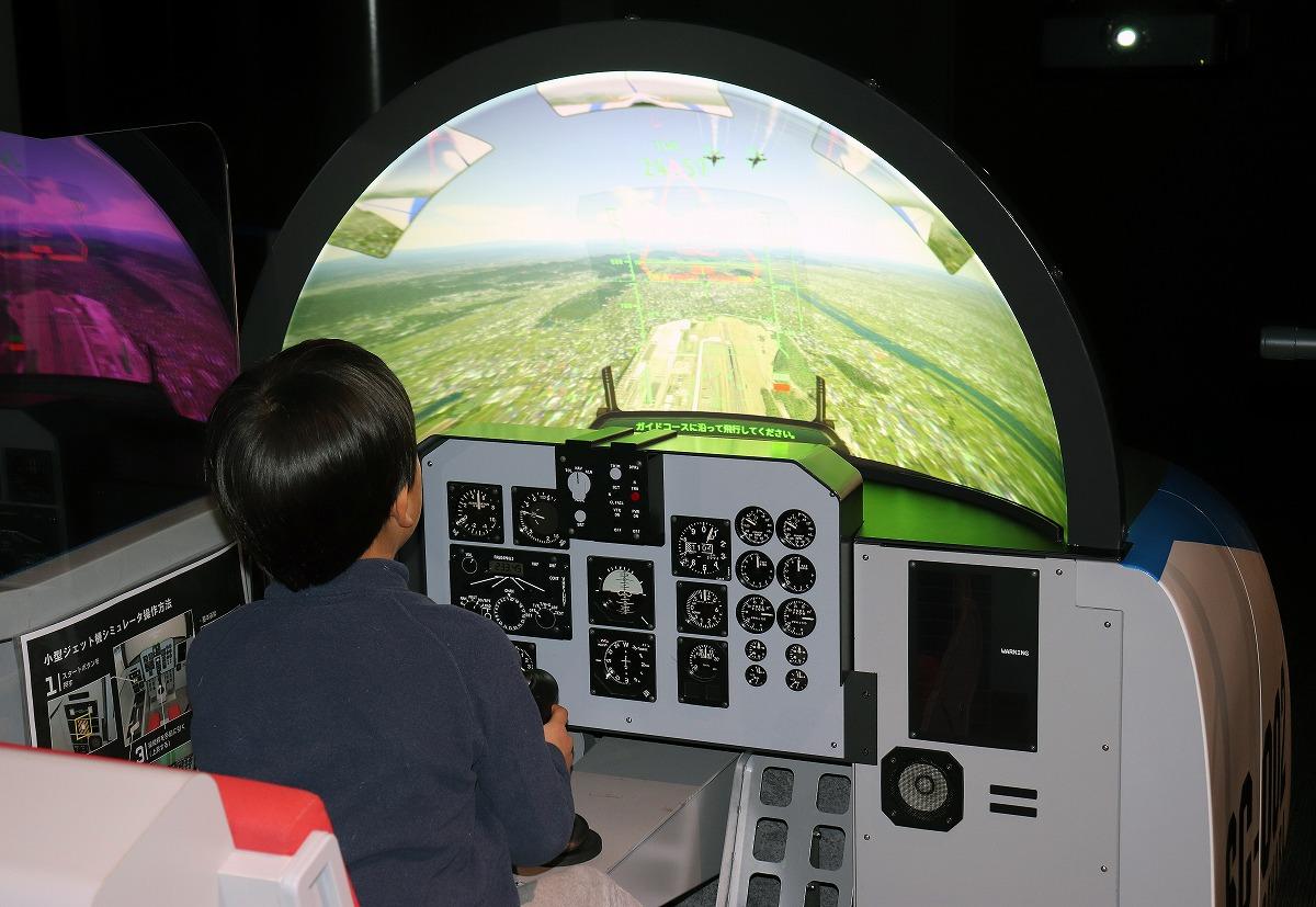 小型ジェット機シミュレーターをする様子/岐阜かかみがはら航空宇宙博物館(各務原市)