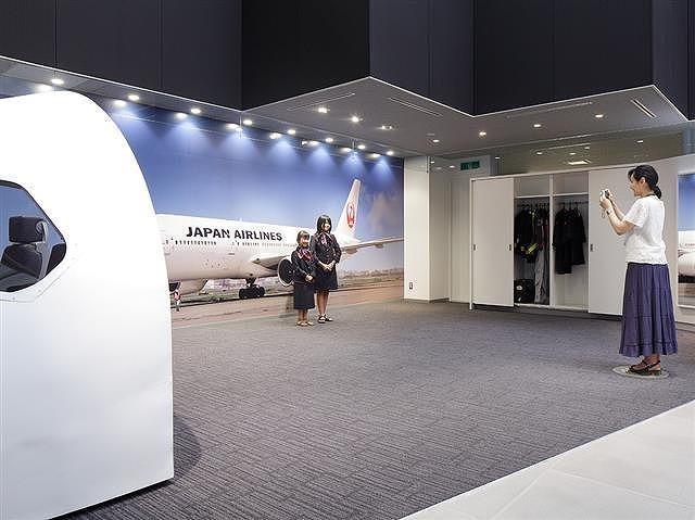 制服体験コーナーで写真撮影/JAL工場見学 ~SKY MUSEUM~(東京都/大田区)