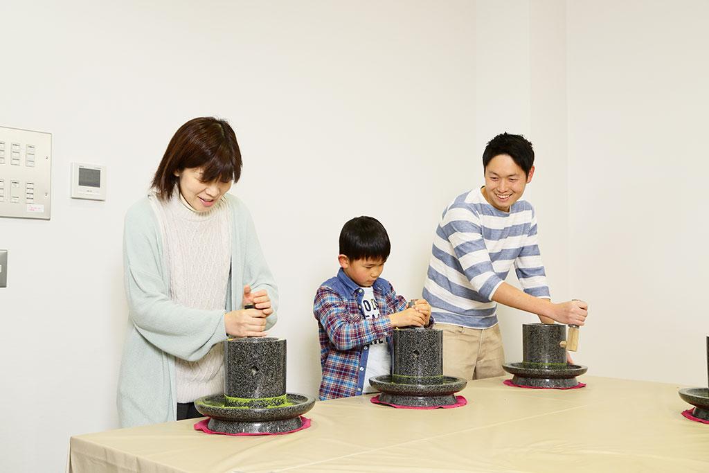抹茶挽き体験の様子/ふじのくに 茶の都ミュージアム(静岡県/島田市)