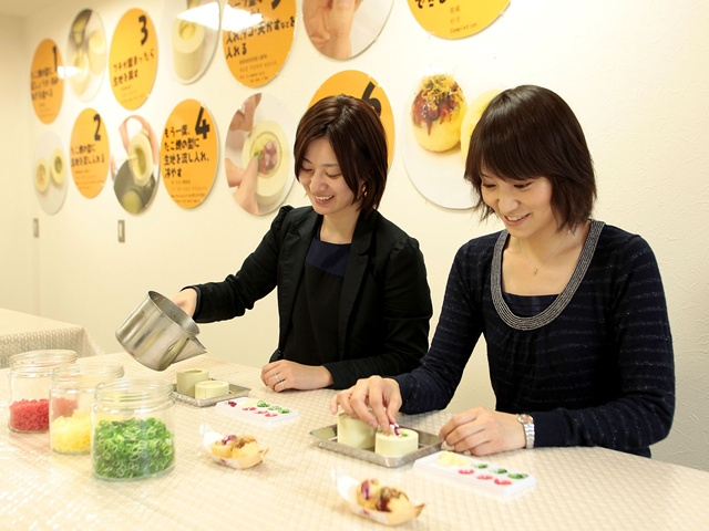 食品サンプル作り体験をする女性たち/道頓堀くくるコナモンミュージアム(大阪府/大阪市)