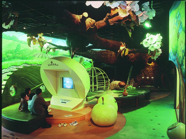 小人の気分を楽しむ親子/鳥取二十世紀梨記念館 なしっこ館(倉吉市)