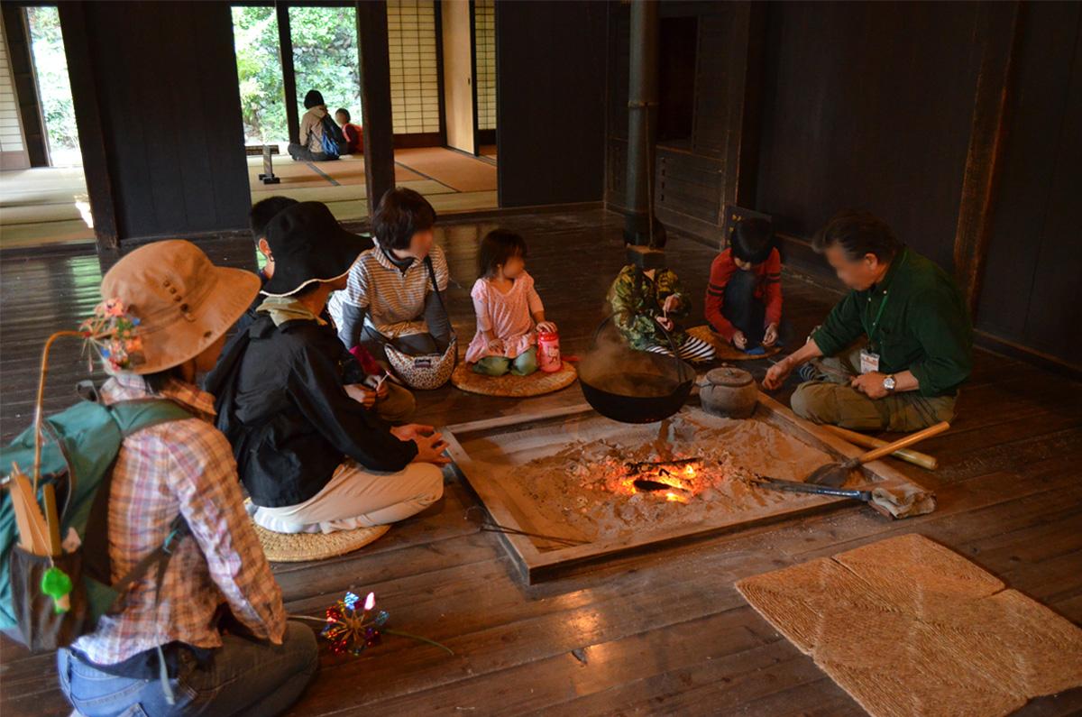 古民家の囲炉裏で火を焚いている様子/川崎市立日本民家園(神奈川県/川崎市)