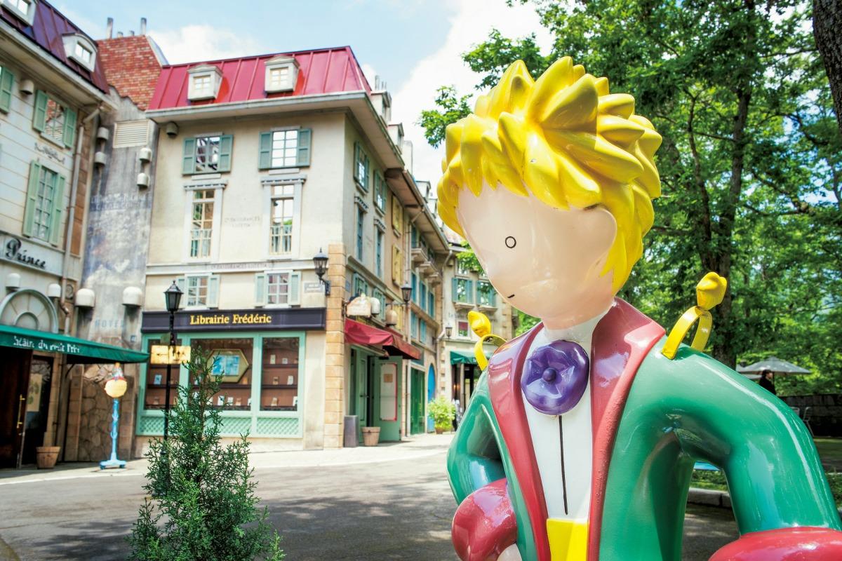 王子さまの像と飛行士通り/星の王子さまミュージアム 箱根サン=テグジュペリ(神奈川県/箱根町)