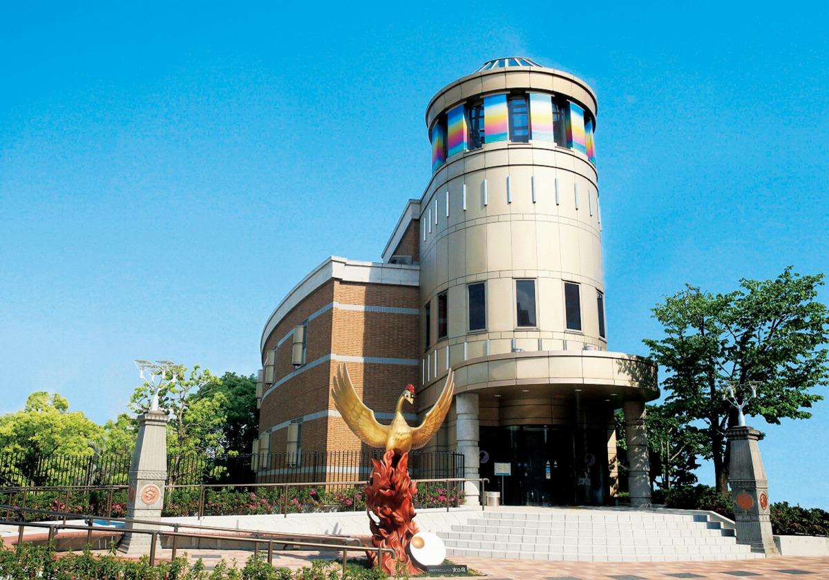 入口にある「火の鳥」のオブジェ/宝塚市立手塚治虫記念館(兵庫県)