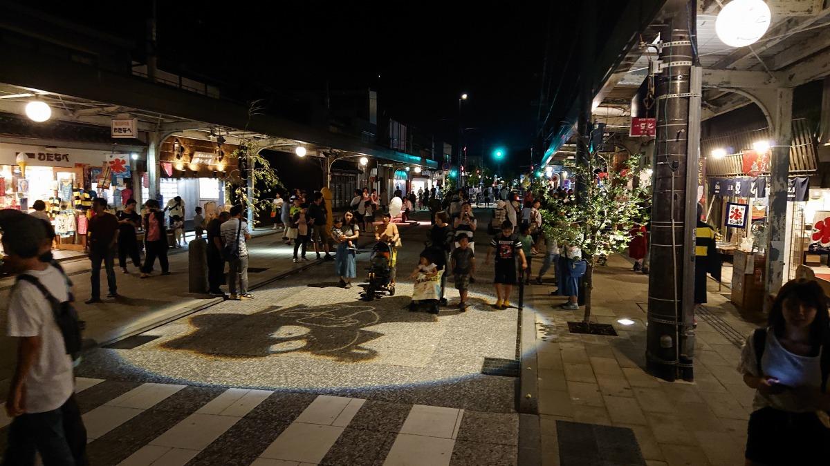 水木しげるロードを行きかう人々/水木しげる記念館(鳥取県/境港市)