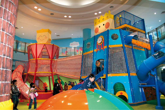 大型遊具で遊ぶ子供たち/壬生町おもちゃ博物館(栃木県)