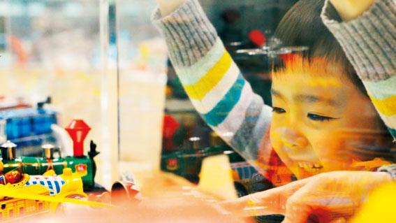 「ぶりきひろば」のおもちゃを見つめる子供/壬生町おもちゃ博物館(栃木県)