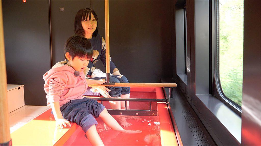 列車内で足湯に入れるJR東日本の山形新幹線「とれいゆつばさ」