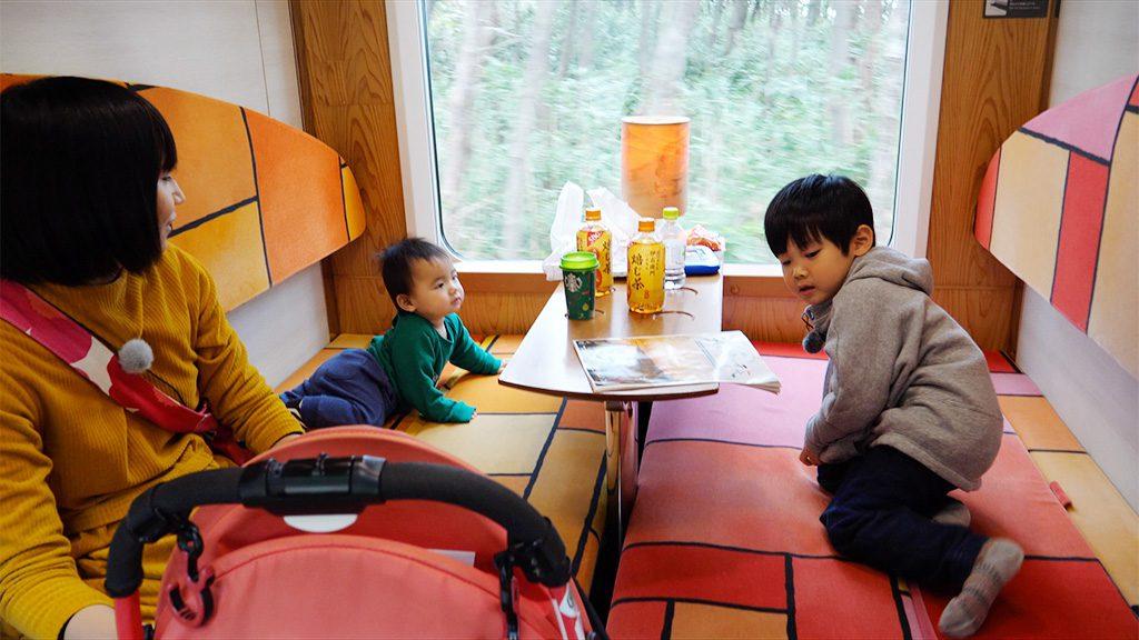 座席をフラットにできるセミコンパートメント/JR東日本「リゾートしらかみ」