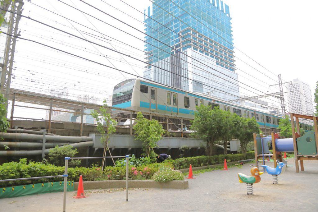 通勤電車に新幹線、モノレールまで見ながら遊べる/本芝公園(東京都/港区)