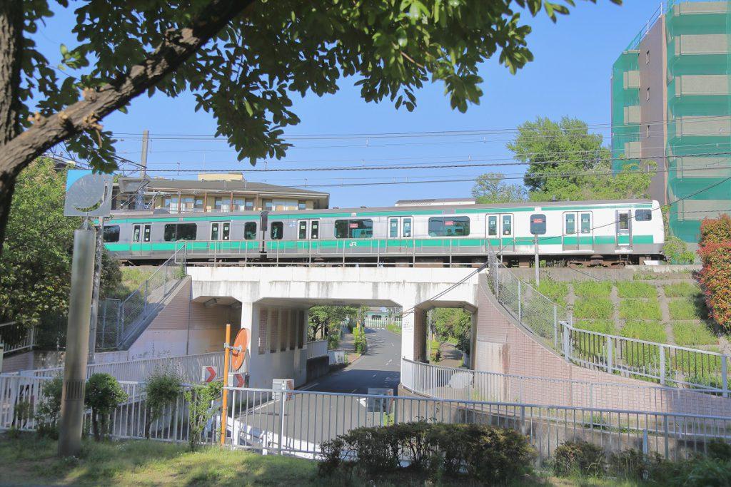 道を挟んで向かい側に埼京線がよく見える/清水坂公園(東京都/北区)