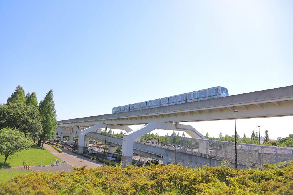 公園内に駅もある日暮里・舎人ライナーが見える/舎人公園(東京都/足立区)