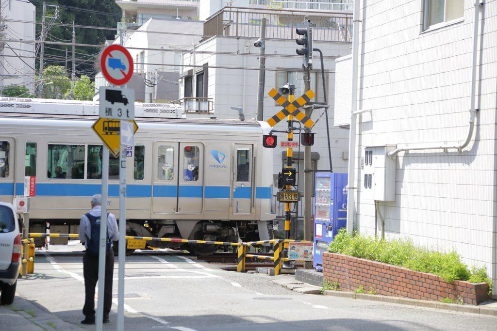 小田急線やロマンスカーが見える/渋谷はるのおがわプレーパーク(東京都/渋谷区)