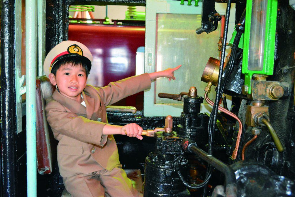 蒸気機関車の運転席に座る子ども/長浜鉄道スクエア(滋賀県)