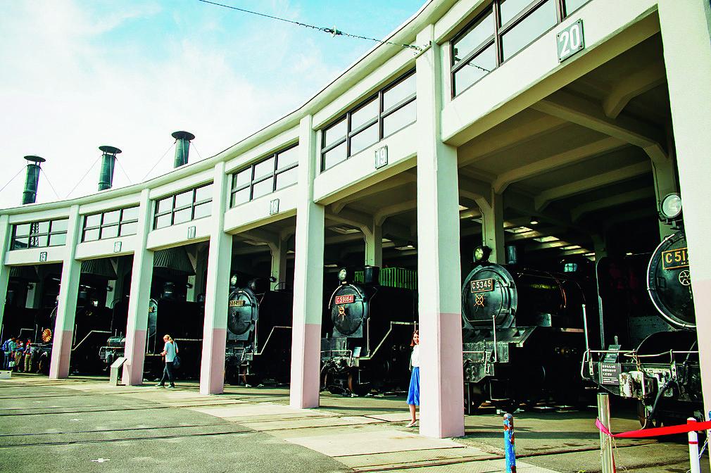重要文化財の扇形車庫に並ぶSL/京都鉄道博物館(京都市)