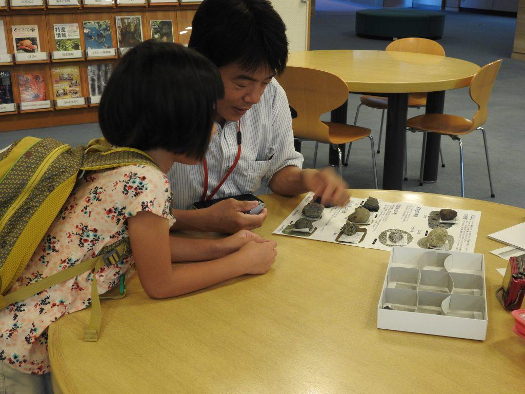 学習指導員に相談する様子/神奈川県立生命の星・地球博物館(小田原市)