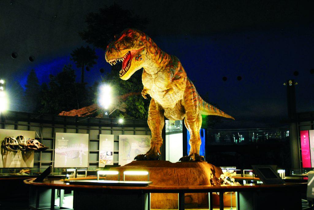 展示室中央のティラノサウルスのロボット/福井県立恐竜博物館(勝山市)