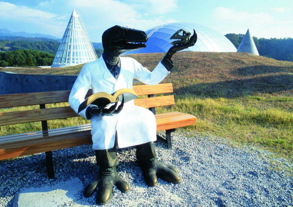 ベンチに座る恐竜博士/福井県立恐竜博物館(勝山市)