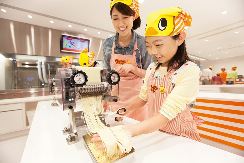 粉からチキンラーメンを手づくり体験する様子/カップヌードルミュージアム 横浜(神奈川県)