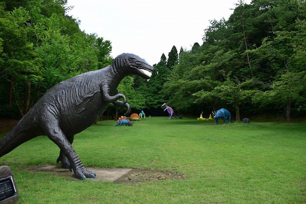 ティラノサウルスなど復元模型のある芝生広場/県民公園太閤山ランド(富山県/射水市)