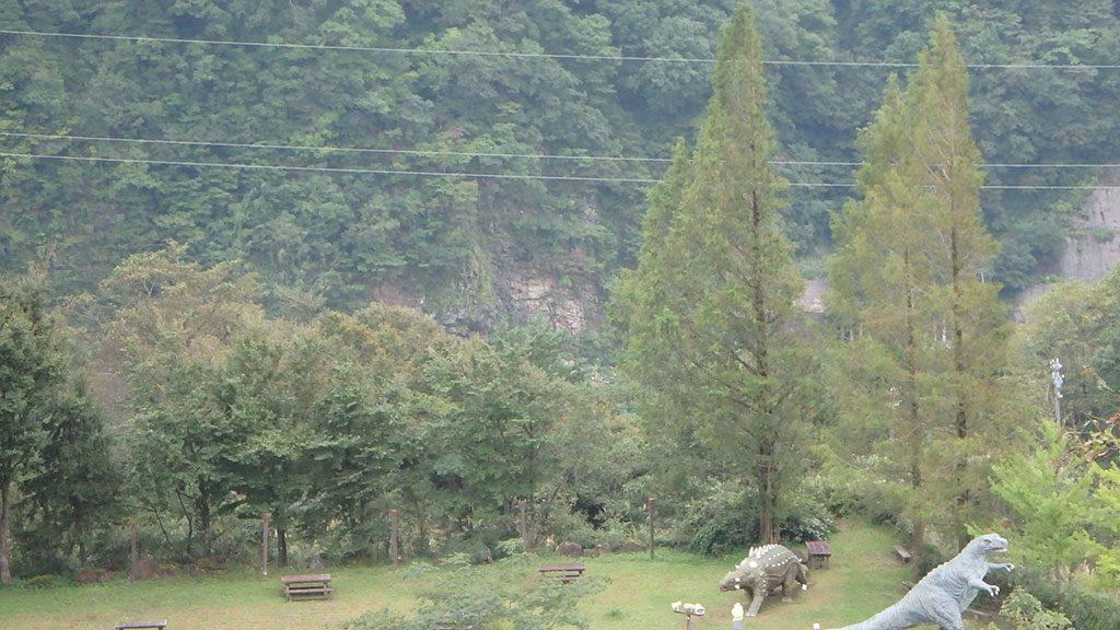 恐竜パークから望む桑島化石壁/白山恐竜パーク白峰(石川県/白山市)