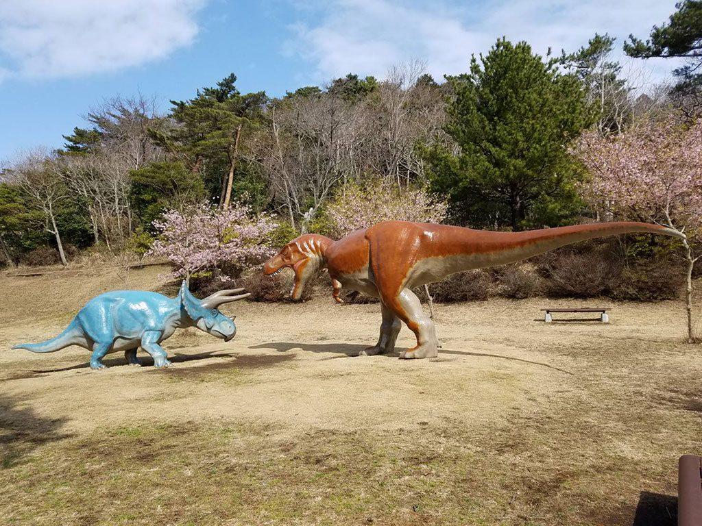 ティラノサウルスとトリケラトプスの復元模型/小室山公園(静岡県/伊東市)