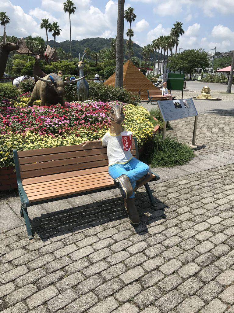 恐竜がいるベンチ/淡路ワールドパーク ONOKORO(兵庫県/淡路市)