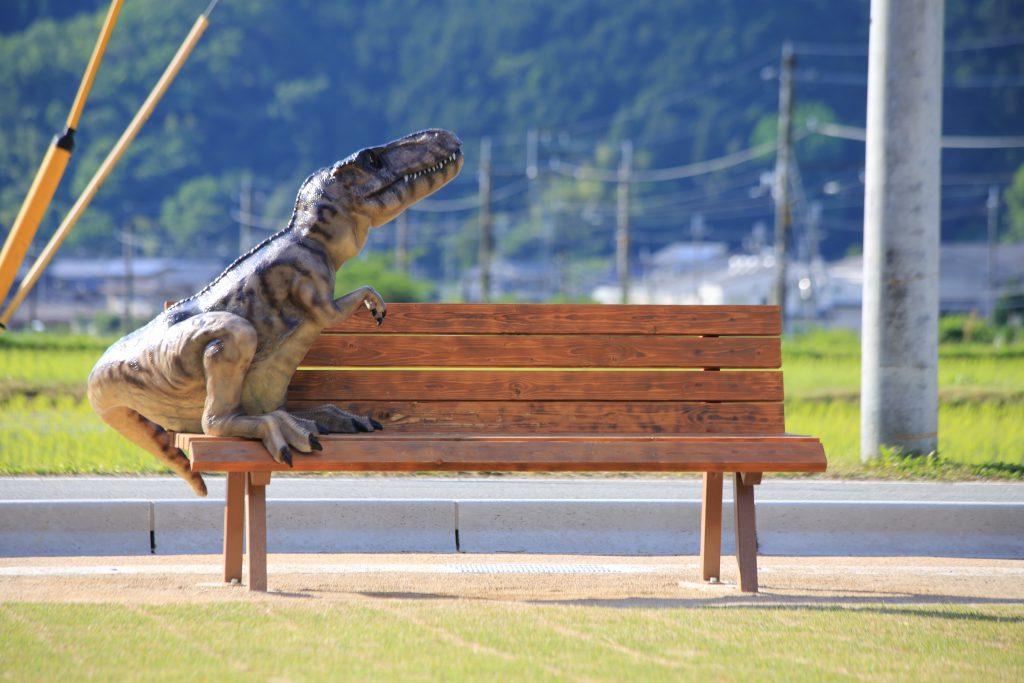 ヴェロキラプトルのいるベンチ/丹波竜の里公園(兵庫県/丹波市)
