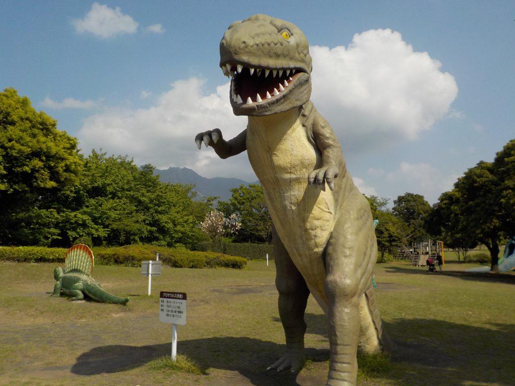 大きな肉食獣の模型も/桜島自然恐竜公園(鹿児島県/鹿児島市)