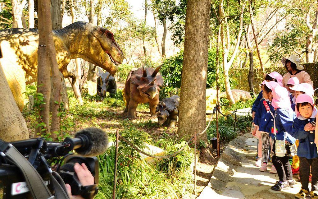 トリケラトプスなどの恐竜が動く中を歩く/安城産業文化公園デンパーク(愛知県)