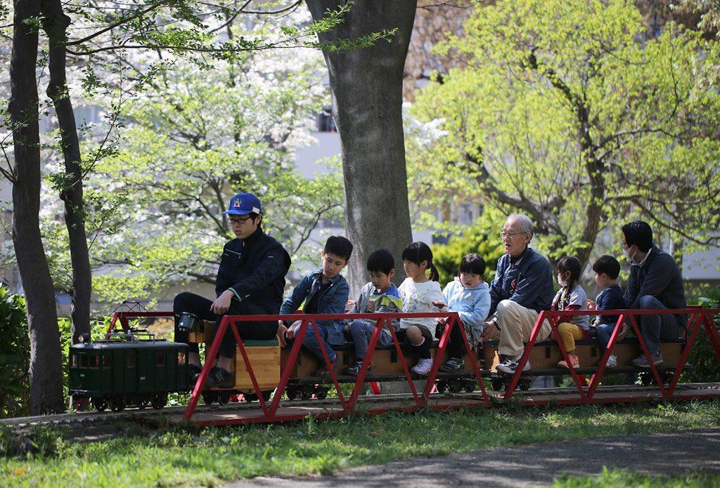 ミニ鉄道が走る様子/むさしの緑地公園(埼玉県/富士見市)
