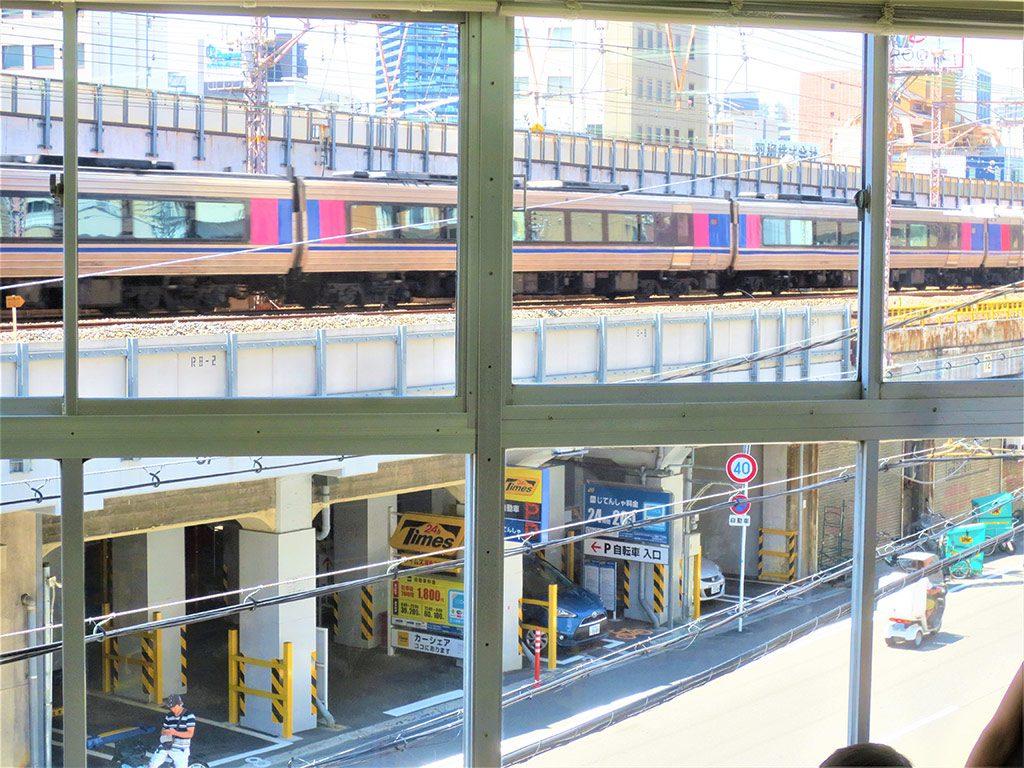 間近で電車が見える窓ガラス/トイトイパーク大阪市福島店(大阪府/大阪市)