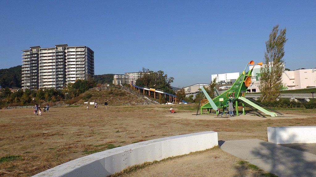 彩都西公園の全景と公園沿いを走るモノレール(大阪府/茨木市)