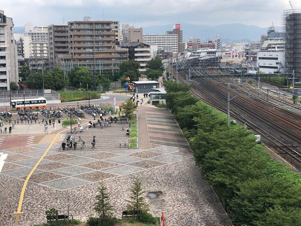 電車が見える屋外広場/イオンモール茨木JR側屋外広場(大阪府/茨木市)
